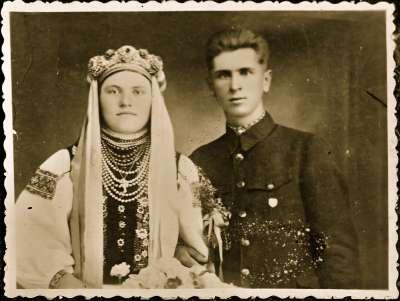 Copy wedding portrait of couple in Ukrainian dress