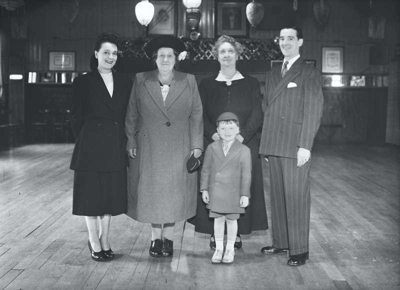 Finnigans, Group portraits inside dance hall