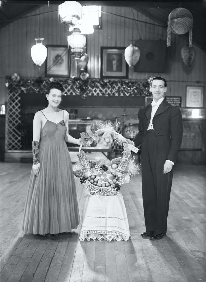 Finnigans, Couple with bouquet of flowers